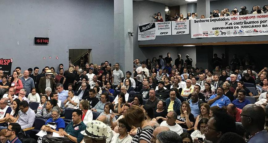 Alesp destacada — Mais de mil servidores participam de ato contra reforma da Previdência paulista (2/12 - Alesp) — ADunicamp